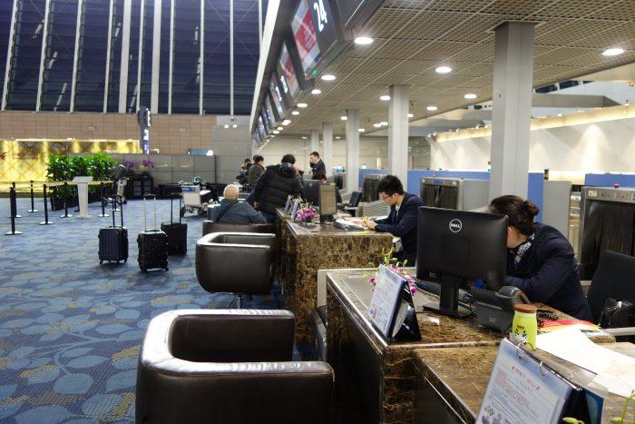 中国東方航空上海浦東国際空港の上級会員用チェックインカウンター