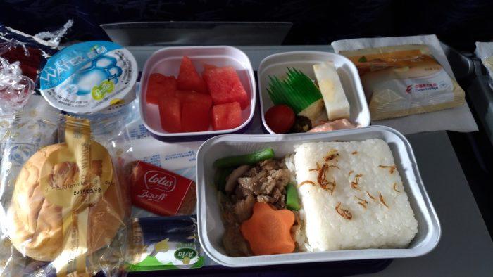 中国東方航空エコノミークラスの機内食