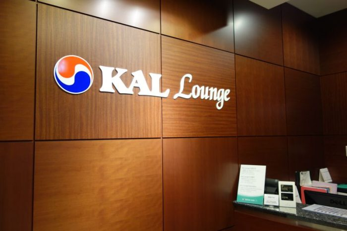 KALラウンジの受付でプライオリティパスを提示