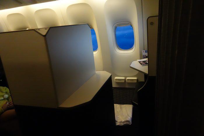 JALボーイング777-300ビジネスクラス窓側席へのアクセス