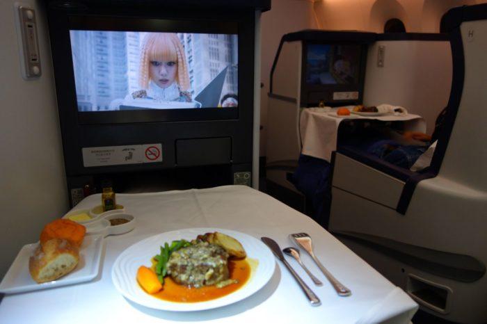 ANAメキシコシティ行きビジネスクラスで食事をしながら映画鑑賞